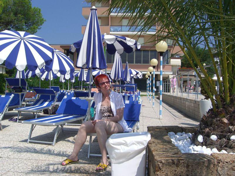 Anni beim Pool