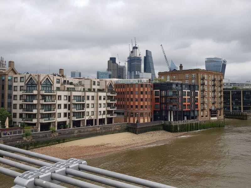 Blick von der Brücke auf die Themse - Ebbe