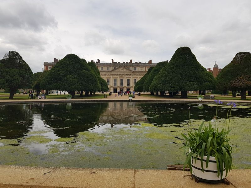 Blick vom Garten auf das Schloss